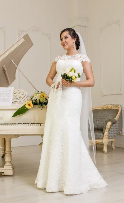 Деликатное свадебное платье прямого кроя с плотной кружевной вставкой, создающей короткие рукава.