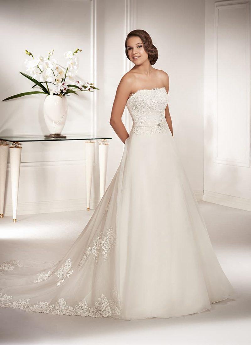 Лаконичное свадебное платье с лифом сдержанного кроя и роскошной объемной юбкой.