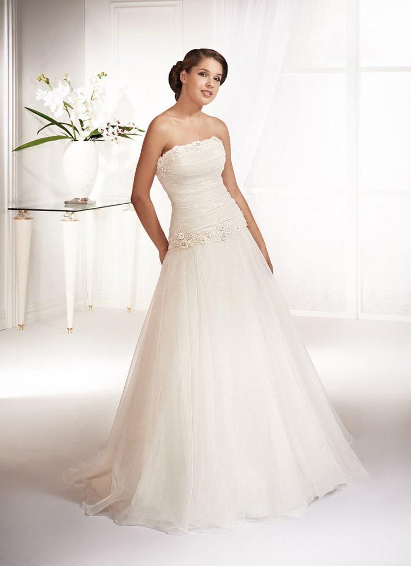 Свадебное платье «принцесса» с заниженной линией талии и открытым лифом прямого кроя.