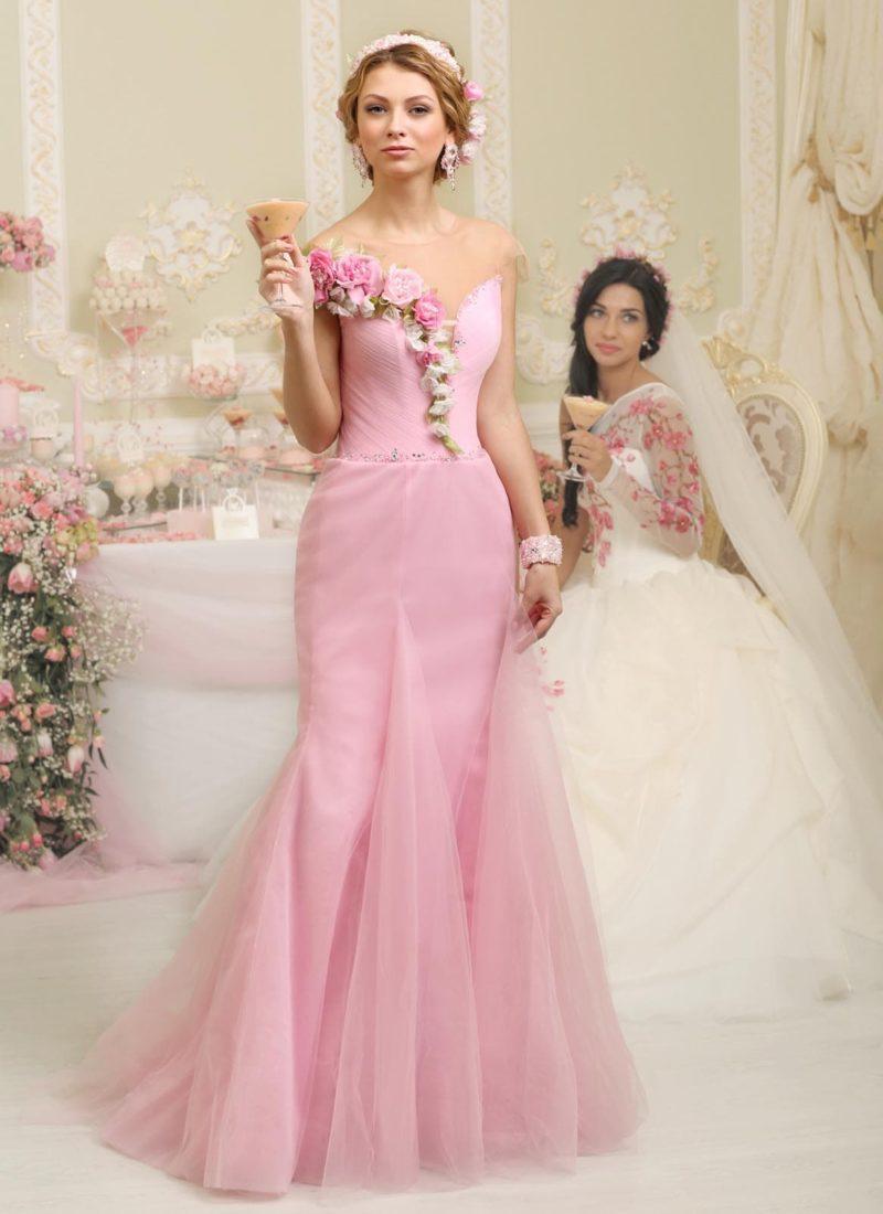 Розовое свадебное платье с потрясающим декором лифа объемными бутонами.