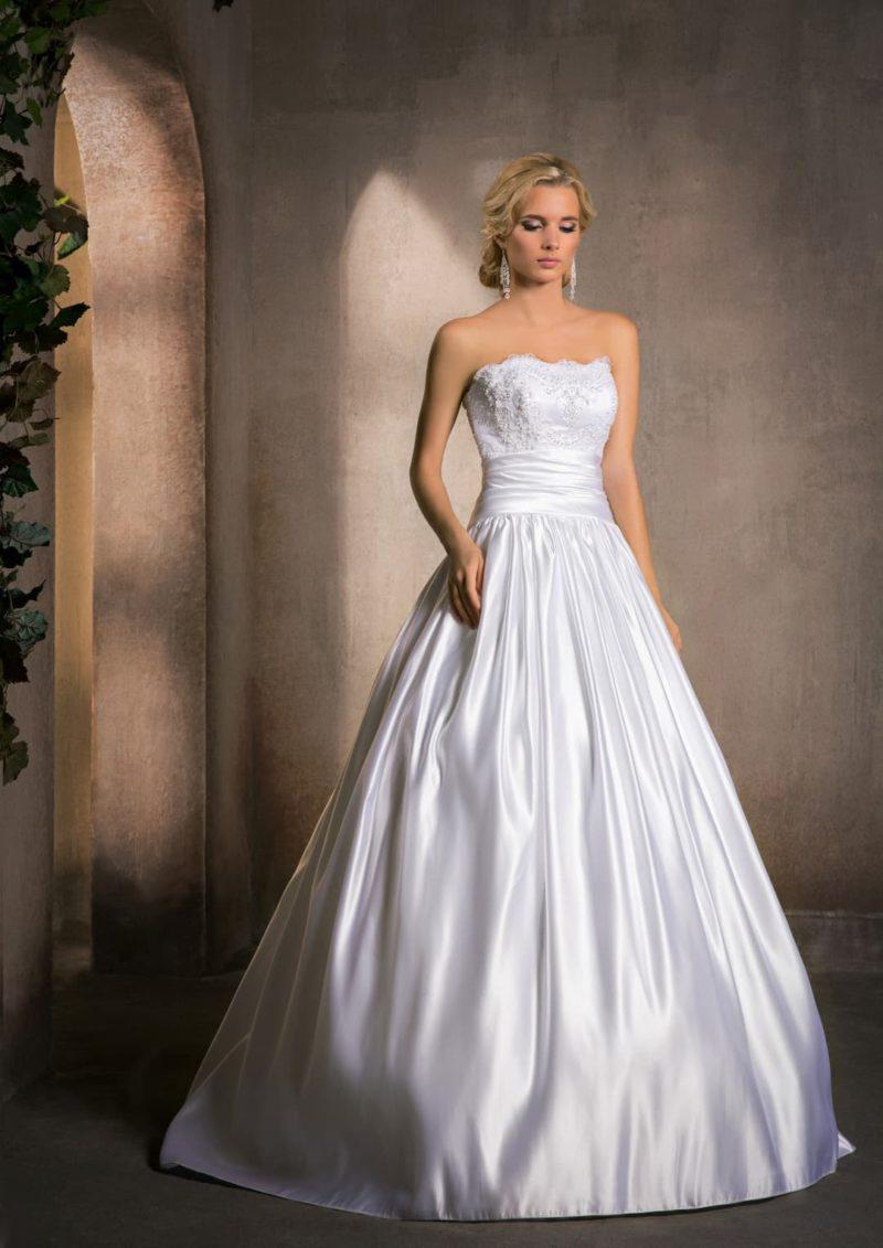 Атласное свадебное платье с пышной юбкой и изысканным корсетом с широким поясом.
