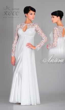 Прямое свадебное платье с многослойной юбкой и рукавом из плотного кружева.