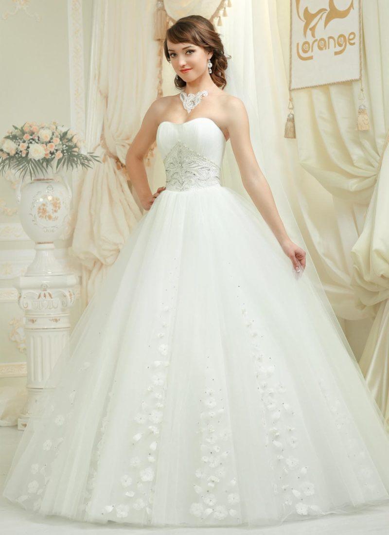 Роскошное свадебное платье с лифом в форме сердца и романтичными бутонами по подолу.