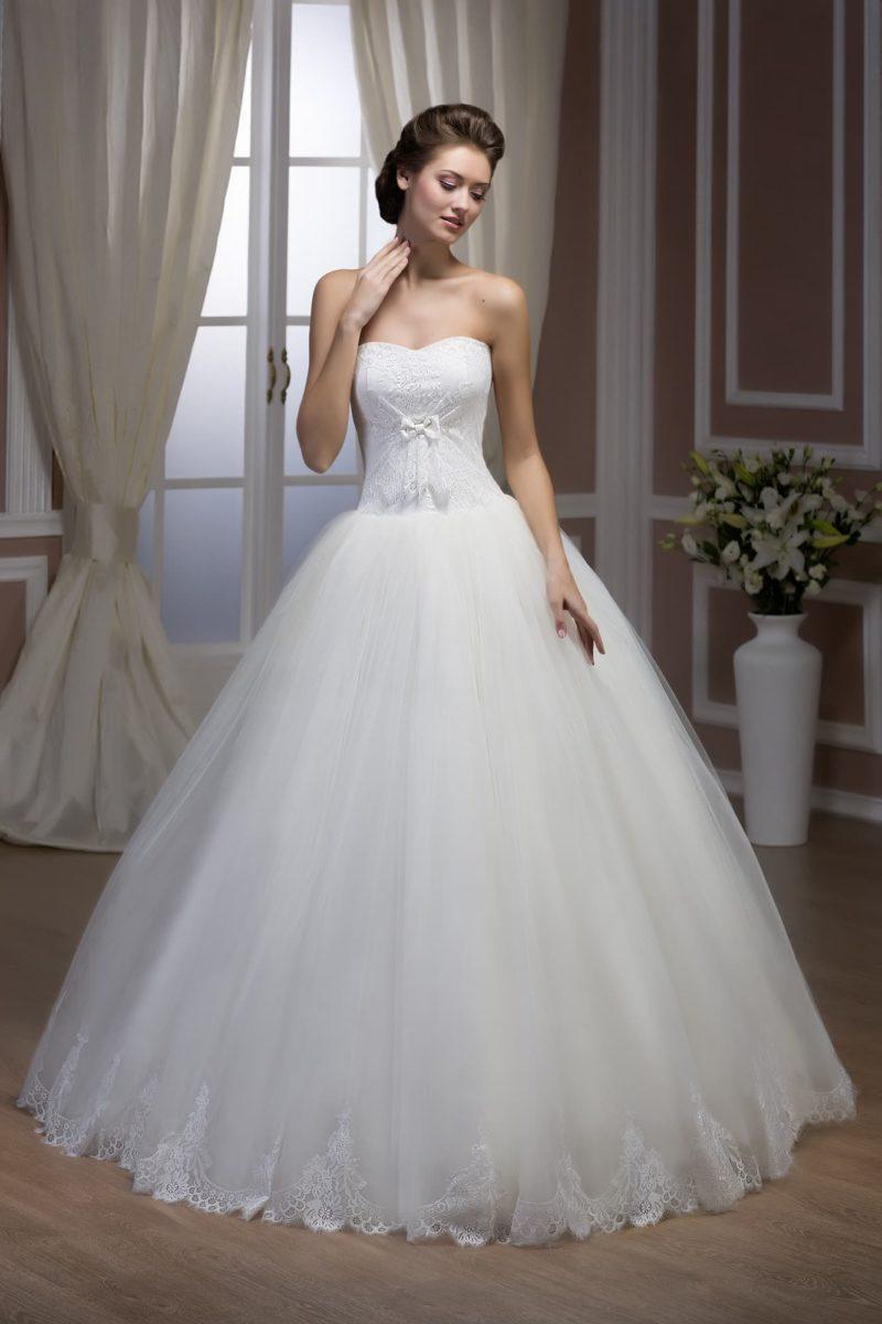 Облегающее свадебное платье с деликатной отделкой из драпировок и открытым лифом-сердечком.