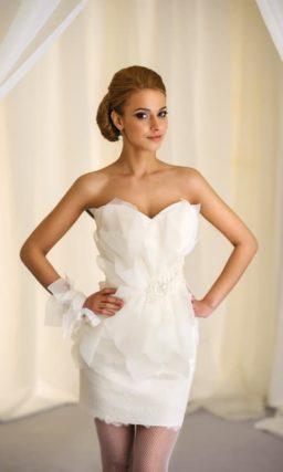 Открытое свадебное платье-футляр с объемной отделкой по юбке.