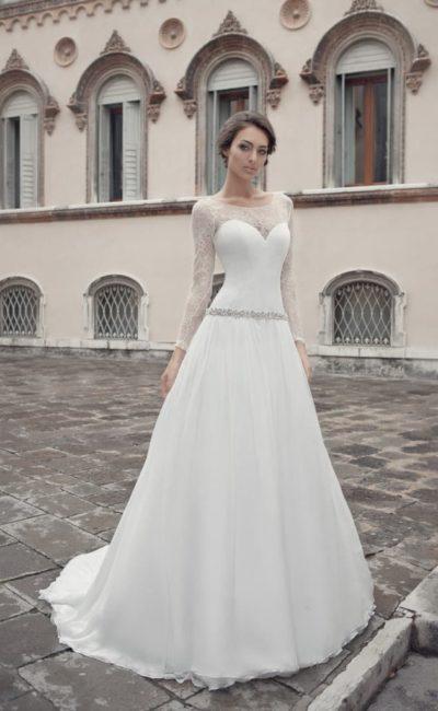 Закрытое свадебное платье «принцесса» с кружевными рукавами и узким сияющим поясом.