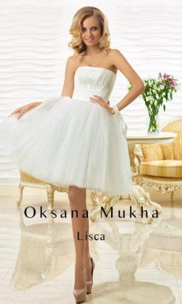 Кокетливое свадебное платье с короткой пышной юбкой и открытым лифом.