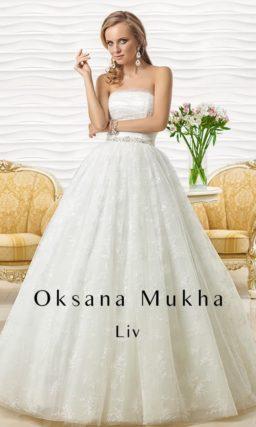 Классическое свадебное платье пышного кроя с прямым лифом и блестящим поясом.