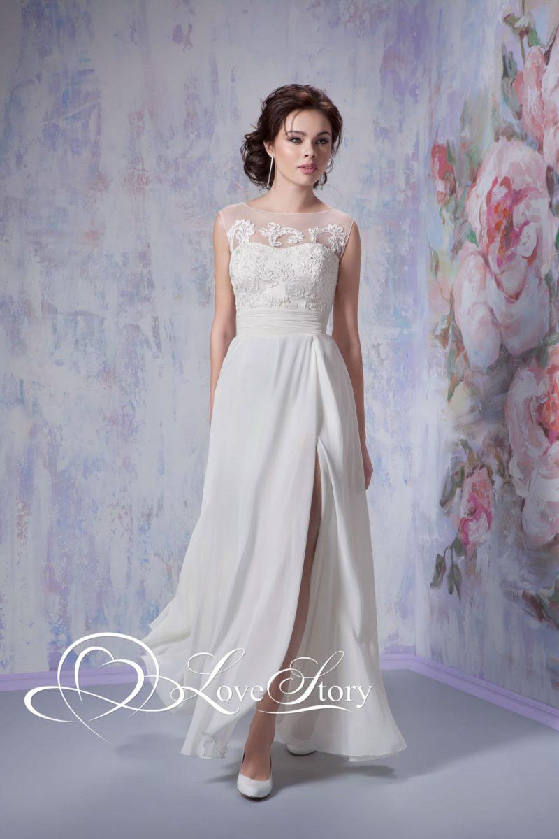 Ампирное свадебное платье с тонкой тканью на лифе и разрезом по подолу.