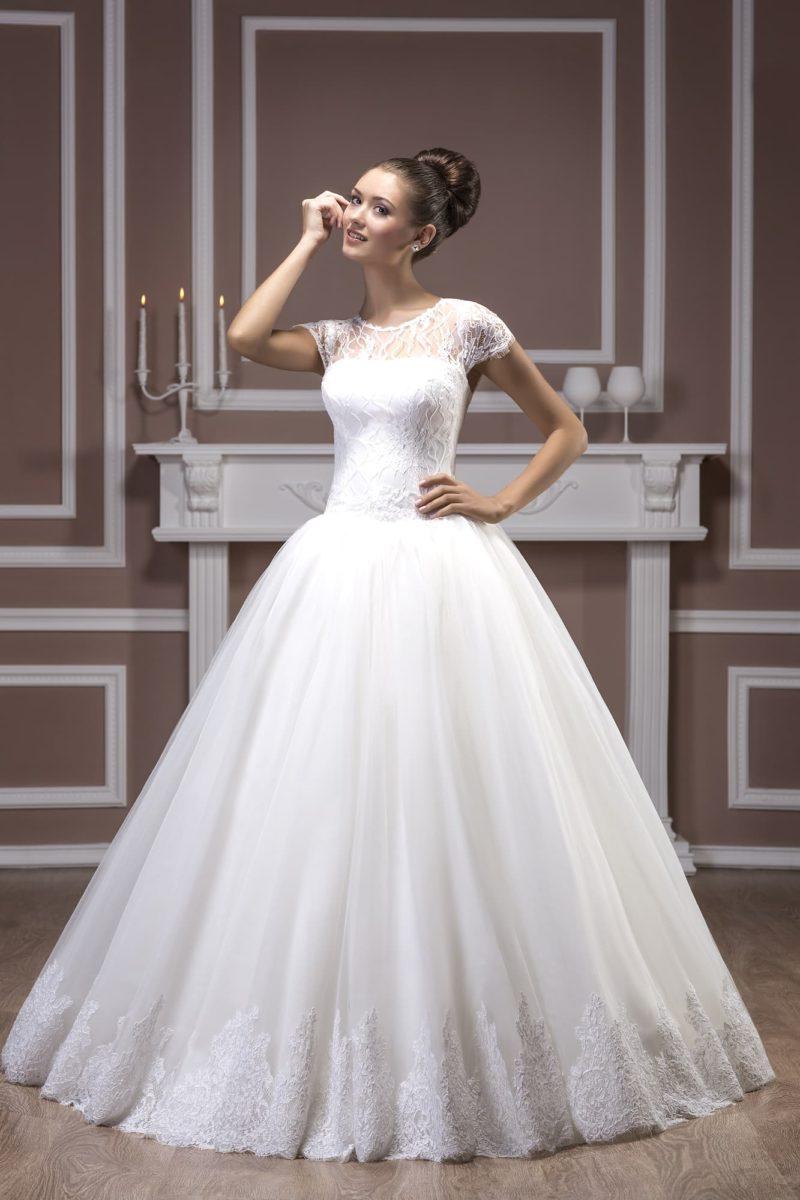 Драматичное свадебное платье пышного кроя из атласной ткани, с оригинальным вырезом на лифе.