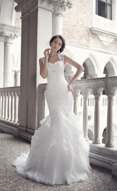Фактурное свадебное платье с открытой спинкой и полупрозрачными оборками по низу подола.