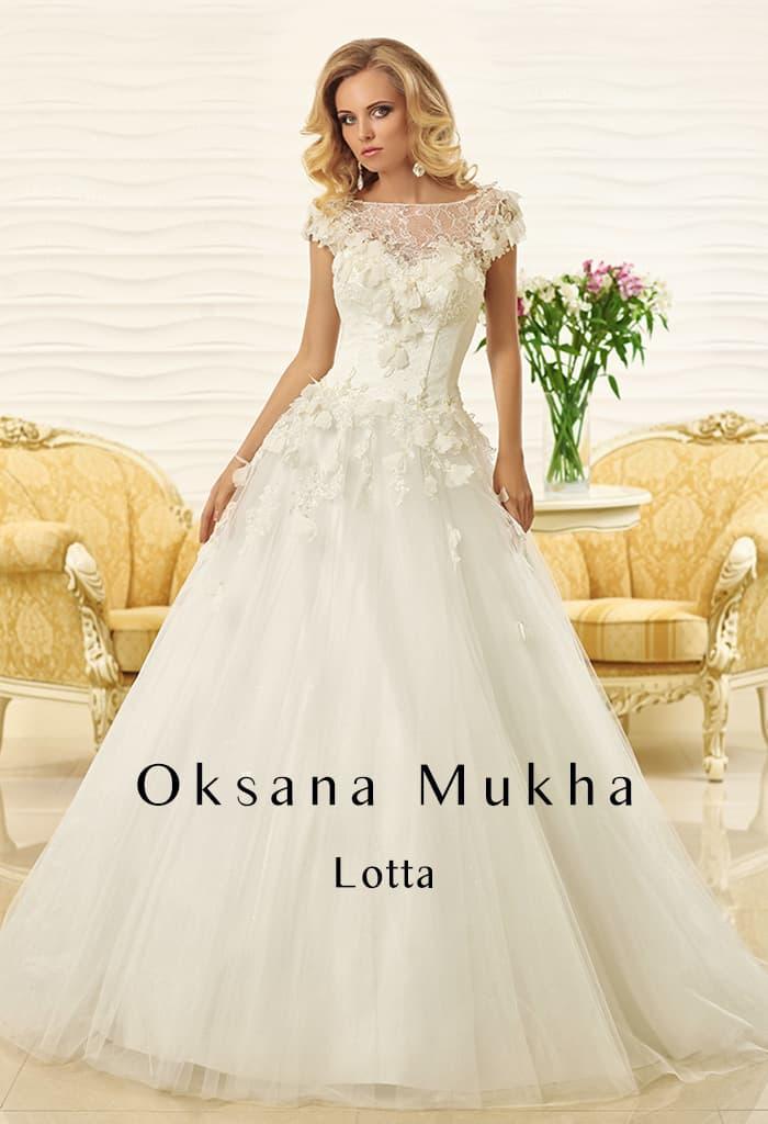 Роскошное свадебное платье с многослойной юбкой и объемным декором закрытого верха.