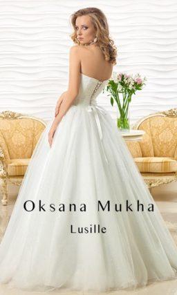 Очаровательное свадебное платье с лифом прямого кроя и многослойной юбкой.