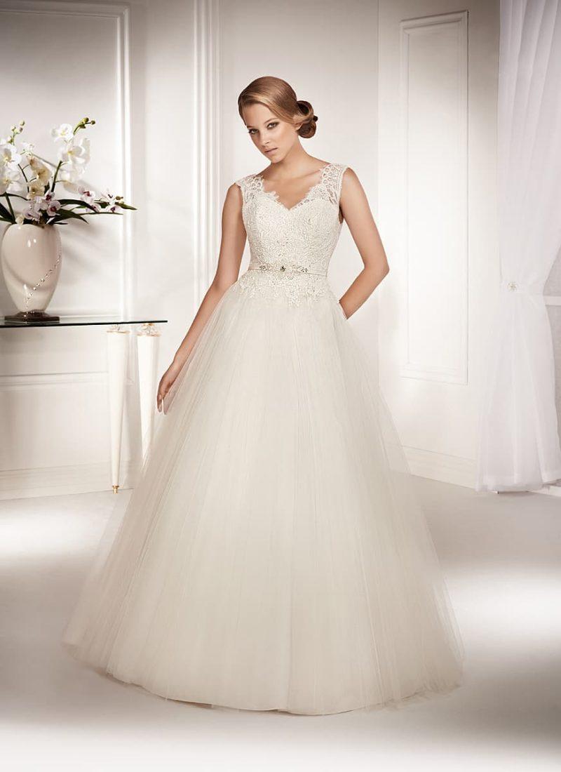 Изысканное свадебное платье с открытой спинкой и небольшим V-образным вырезом.