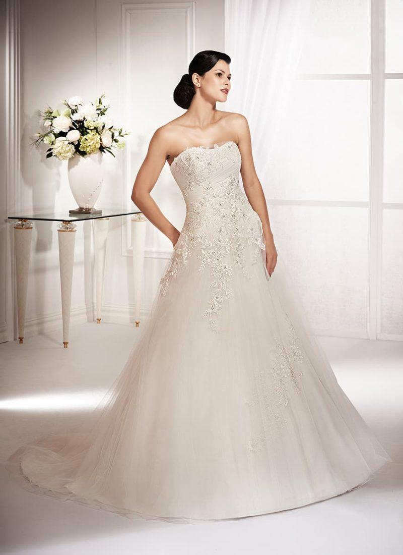 Элегантное свадебное платье кроя «трапеция», декорированное сверху вышивкой.