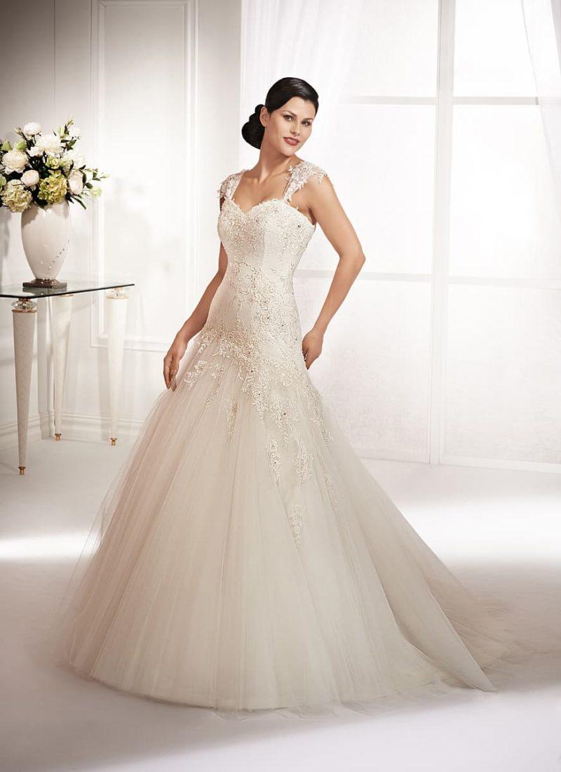 Свадебное платье «трапеция» с кружевными бретелями и облегающим корсетом.