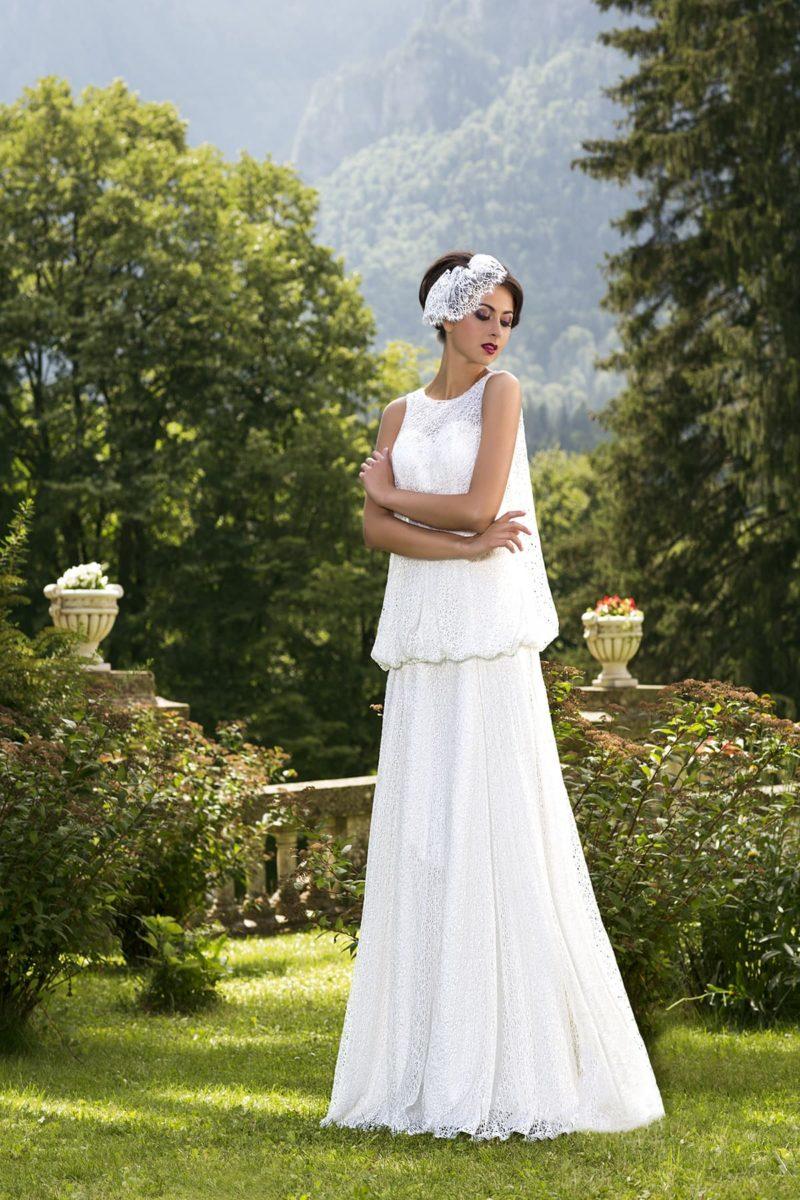 Винтажное свадебное платье прямого кроя с округлым декольте и необычным кружевным верхом.
