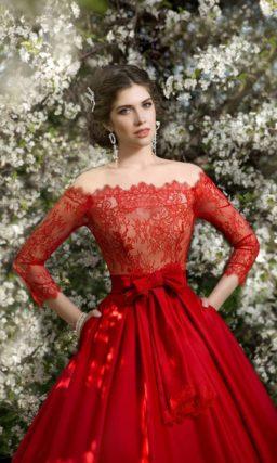 Роскошное атласное свадебное платье с портретным декольте и вертикальными складками по юбке.