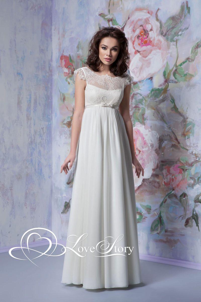 Ампирное свадебное платье с открытой спинкой и кружевом по лифу.