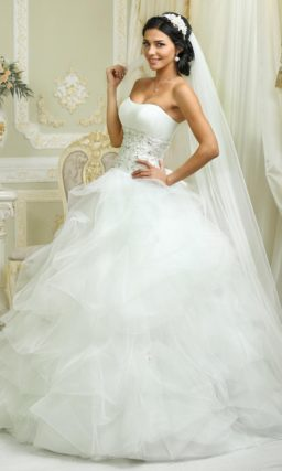 Нежное свадебное платье с полупрозрачным декором низа подола и открытым корсетом с вышивкой.