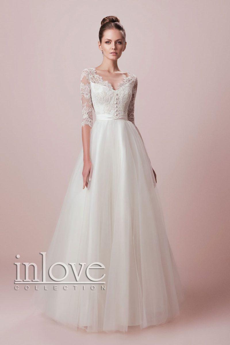 Нежное свадебное платье А-кроя с кружевным V-образным декольте и длинными рукавами.