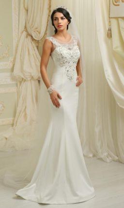 Атласное свадебное платье с закрытым верхом, украшенным кружевом и стразами.