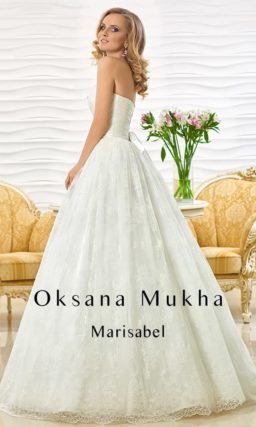 Свадебное платье с пышной кружевной юбкой и изящным открытым декольте.