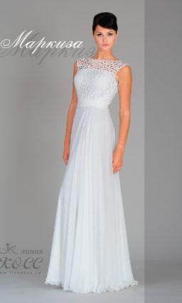 Прямое свадебное платье с закрытым лифом, покрытым плотной кружевной тканью.