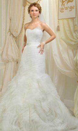 Свадебное платье «рыбка» с широким поясом из атласа и тонкими драпировками по подолу.