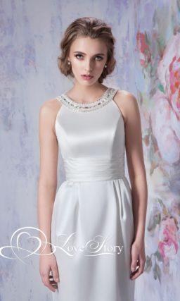 Атласное свадебное платье с круглым вырезом, украшенным стразами.