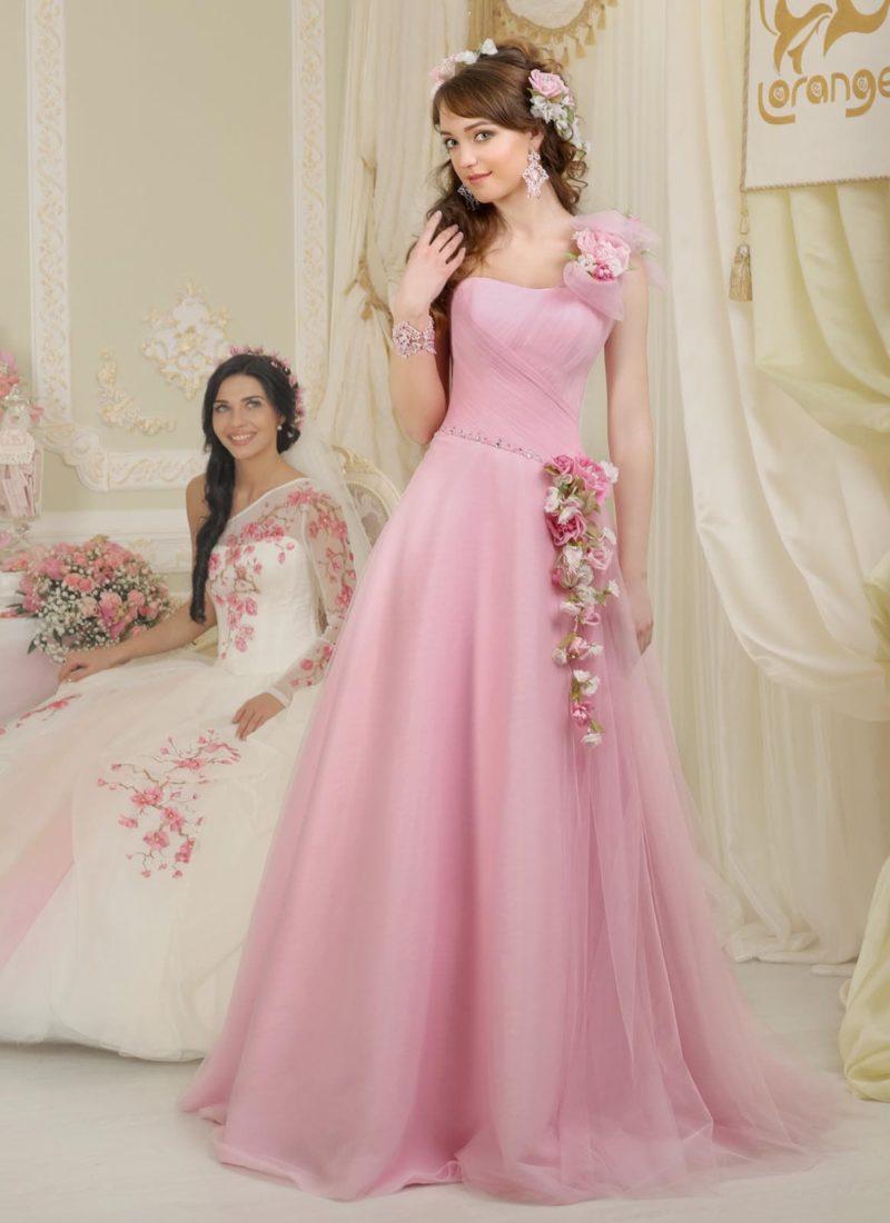 Свадебное платье розового цвета, создающее торжественное настроение пышной юбкой.