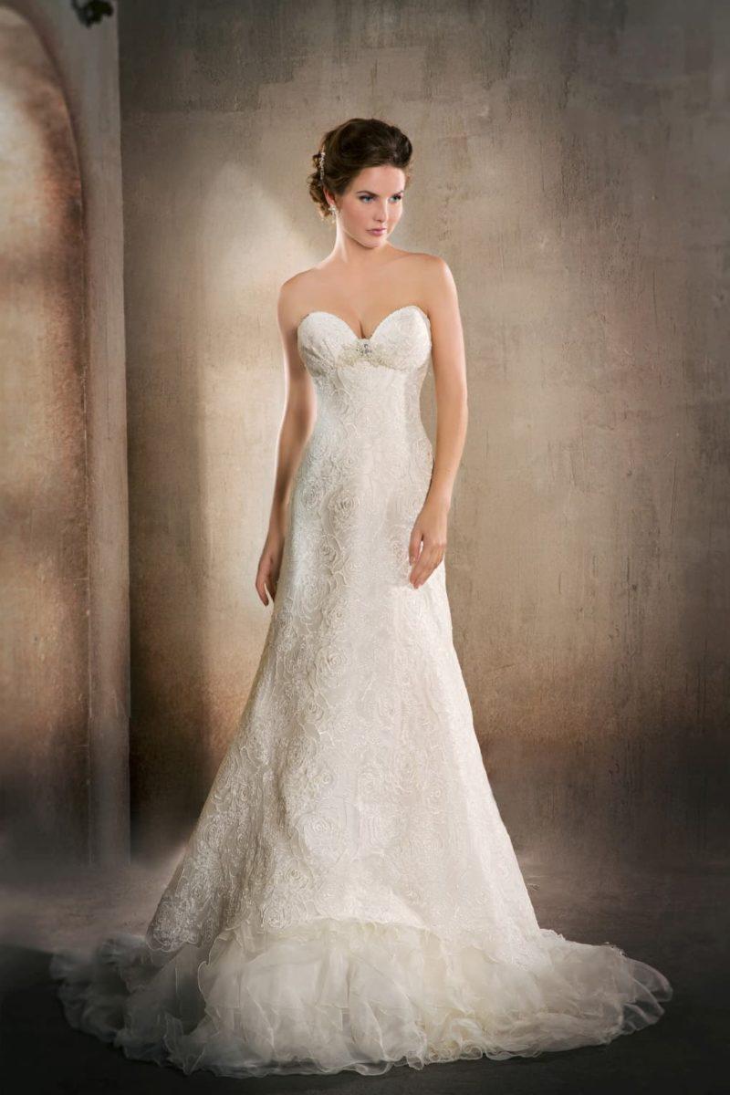 Свадебное платье «рыбка» с оборками по низу подола и открытым лифом в форме сердца.