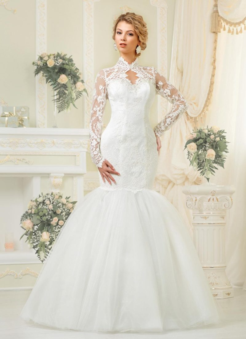 Свадебное платье «русалка» с длинными кружевными рукавами и оригинальной формой выреза.