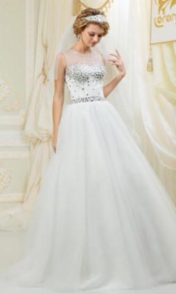 Закрытое свадебное платье с нежным воздушным силуэтом, покрытое крупными стразами.