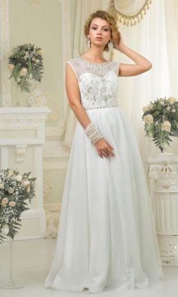Прямое свадебное платье с деликатными волнами ткани на юбке и закрытым верхом с вышивкой.