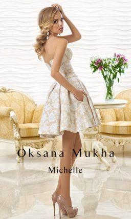 Короткое свадебное платье с пышной юбкой, из плотной бело-бежевой ткани.