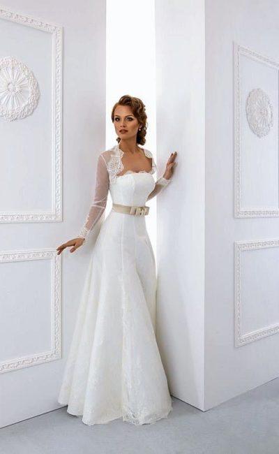 Открытое свадебное платье А-силуэта с глянцевым поясом и кружевным рукавом.