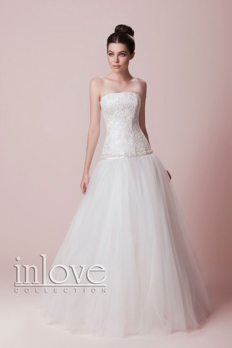 Свадебное платье «принцесса» с фактурным открытым корсетом и заниженной линией талии.