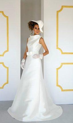 Атласное свадебное платье А-кроя с широким воротником под горло.