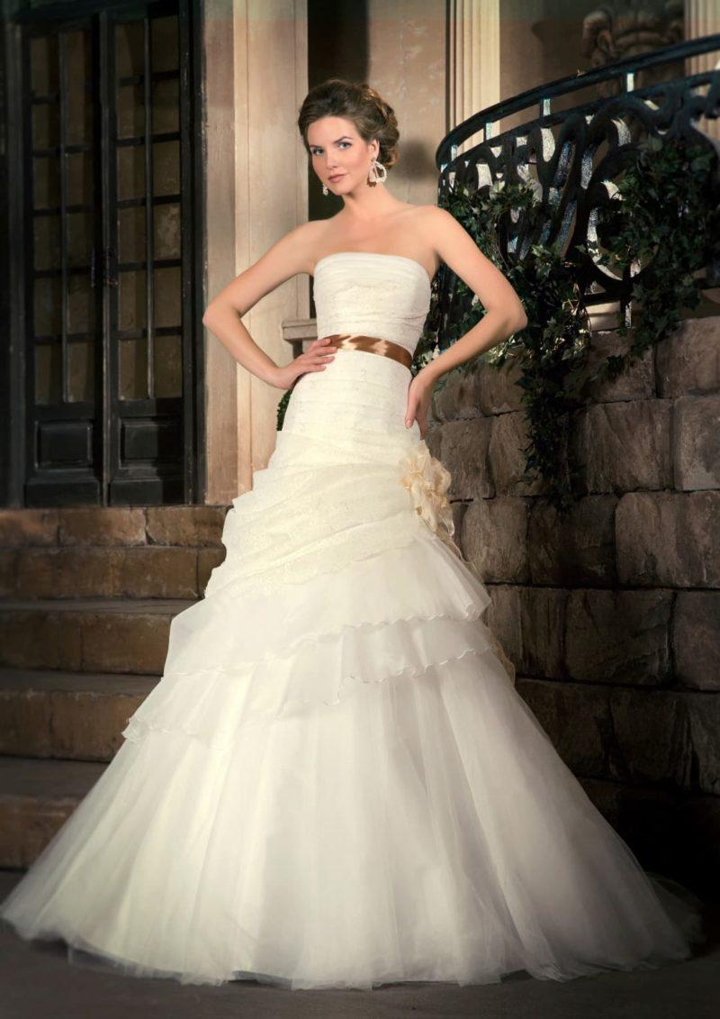 Свадебное платье с золотистым атласным поясом и многоуровневой юбкой «принцесса».