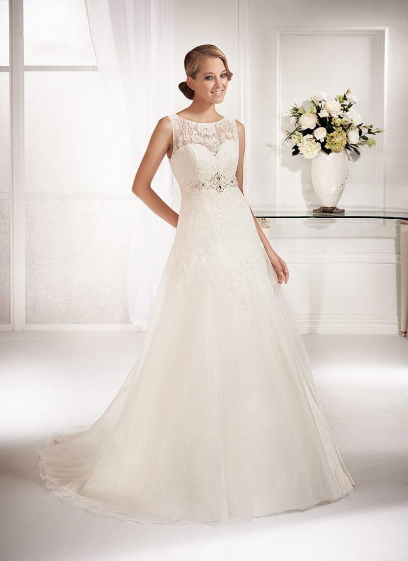Свадебное платье «принцесса» с кружевной вставкой над лифом в форме сердца.