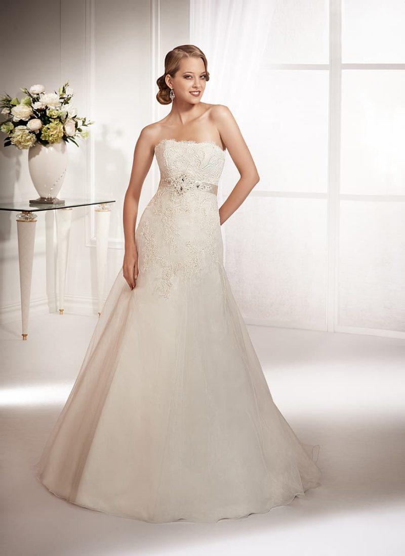 Классическое свадебное платье с заниженной линией талии и глянцевым атласным поясом.