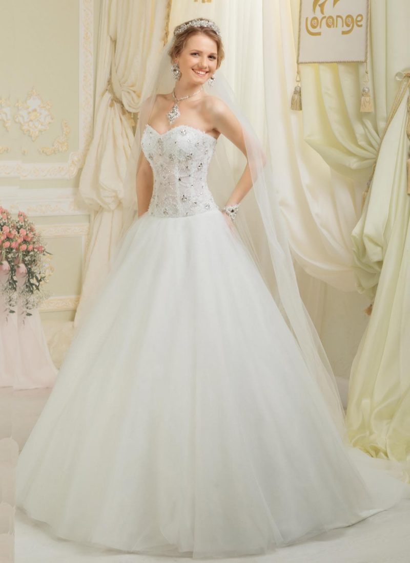 Пышное свадебное платье с лифом в форме сердца, украшенным вышивкой из бисера и стразов.