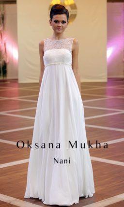 Стильное свадебное платье в ампирном стиле, с округлым вырезом и завышенной талией.