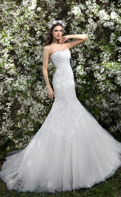 Открытое свадебное платье «рыбка», декорированное объемными бутонами по корсету.