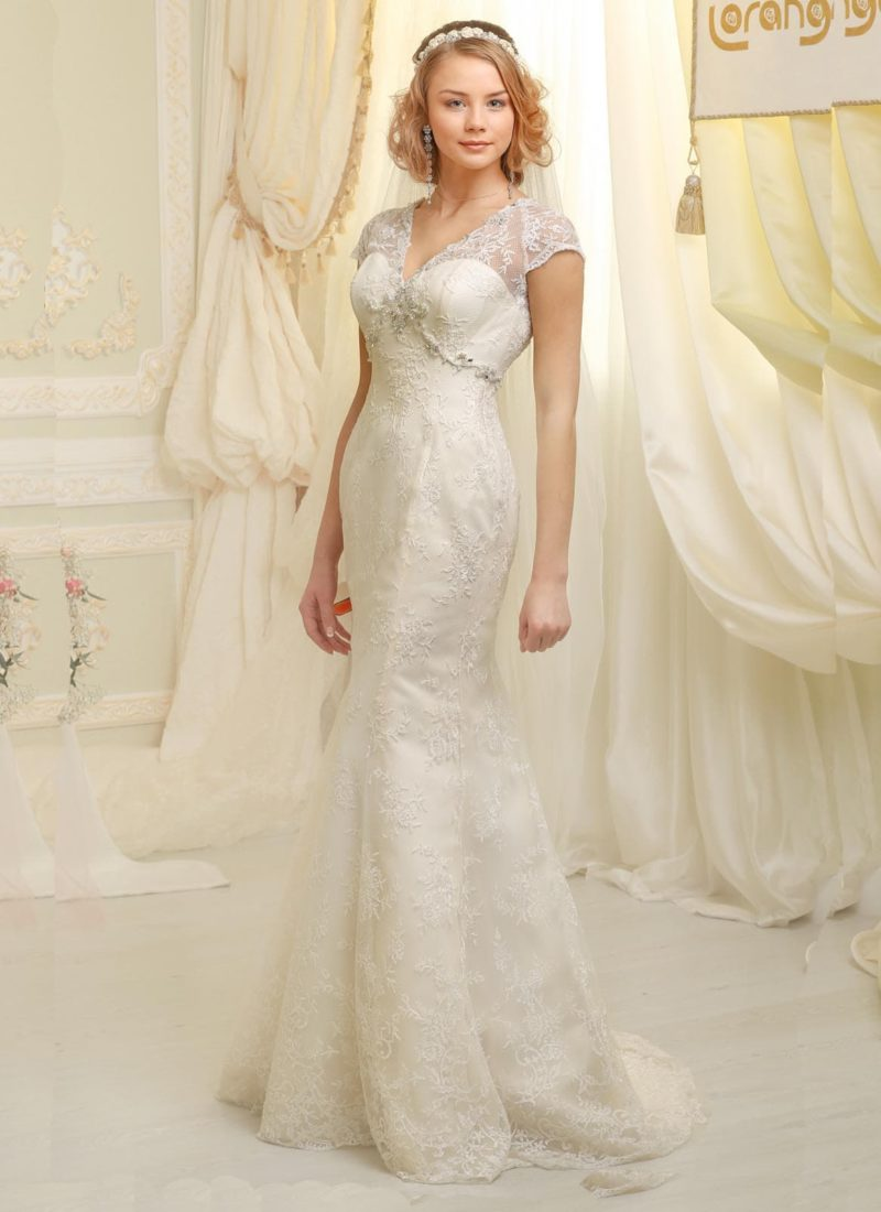 Облегающее свадебное платье с атласной подкладкой и кружевным декором по всей длине.