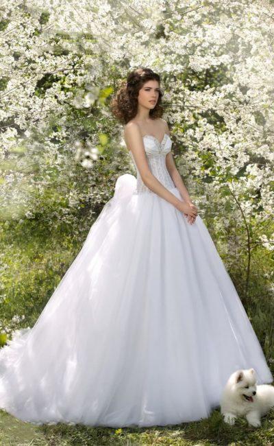 Свадебное платье с крупным бантом на спинке и открытым лифом, расшитым по краю бисером.