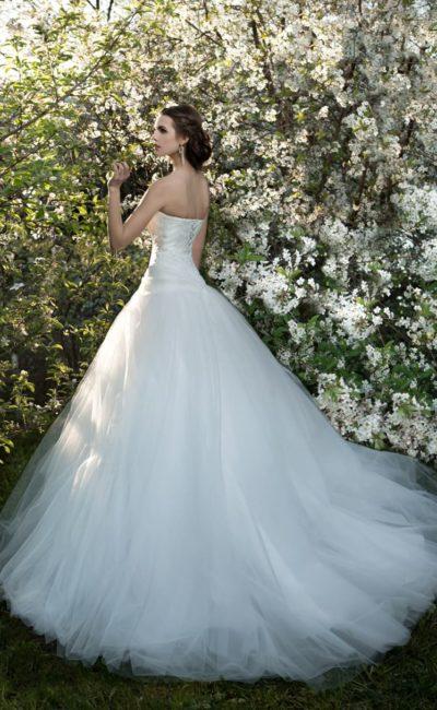 Потрясающее свадебное платье с открытым лифом в форме сердца и объемным шлейфом.