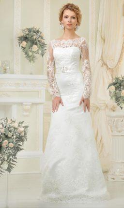 Деликатное свадебное платье прямого кроя, оформленное выразительной кружевной тканью.