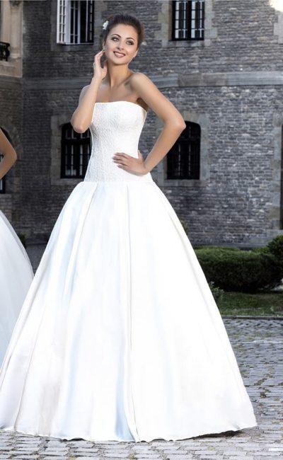 Роскошное свадебное платье с фактурным корсетом с прямым декольте и пышной юбкой из атласа.